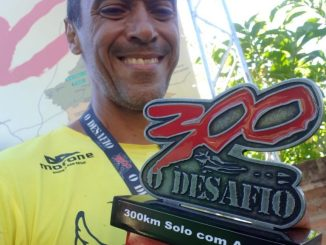 Flávio Loureiro com o troféu do 300 - O Desafio