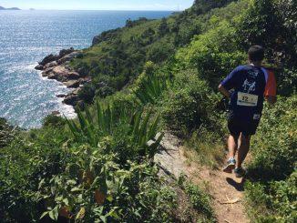 Corredor em um dos trechos do Revezamento Volta à Ilha. Foto de Gabriel Heusi/Heusi Action
