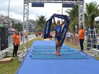 Luiza Cravo comemora sua vitória na primeira etapa do Circuito UFF. Foto de Reynaldo Félix/Divulgação