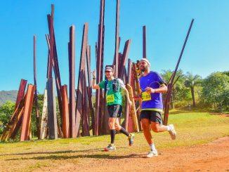 Rodrigo March (de verde) diante do Beam drop Inhotim durante a Iron Runner