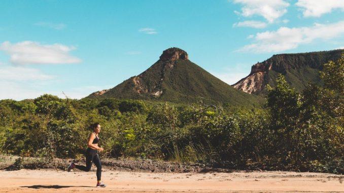 """Atleta corre pelas trilhas do Parque do Jalapão, onde será realizada o primeiro """"Bota Pra Correr"""", no dia 7 de julho. Foto de divulgação"""