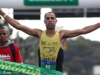 Alisson Peres comemora vitória na Maratona de Porto Alegre. Foto de Jefferson Botega/Agência RBS