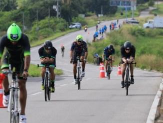 Triatletas na fase do ciclismo do Ironman 70.3 Fortaleza
