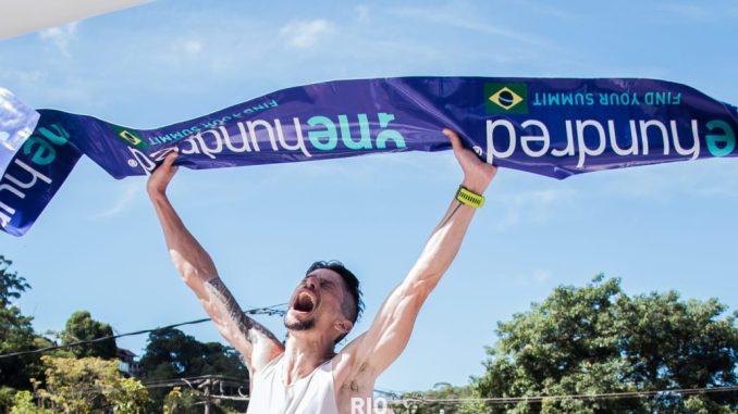 Cesar Picinini comemora a vitória e o recorde na segunda rodada da FKT Rio One Hundred® Caminho do Imperador. (Allan Carvalho/Divulgação)