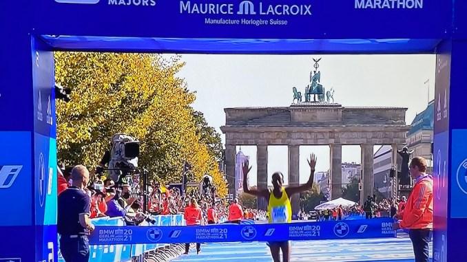 Guye Adola comemora a vitória na Maratona de Berlim. (Reprodução Sportv)