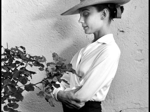 "Inge Morath, Audrey Hepburn sul set del film ""Unforgiven"", Messico, 1959"