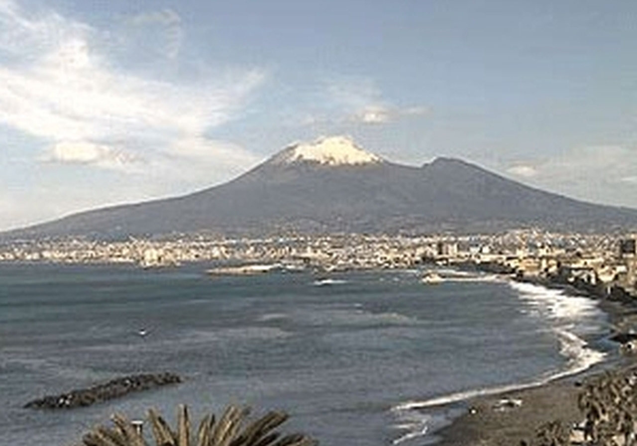 Il Vesuvio (fonte campanialive.it) abbagliante di bianco nelle prime ore mattutine del 9 aprile 2012 (Pasquetta)