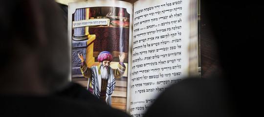 Israele: vandali in sinagoga bruciano libri di preghiere e disegnano pentagrammi sui muri