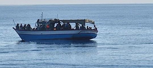 Migranti: barca con 100 a bordo al largo della Libia chiede aiuto