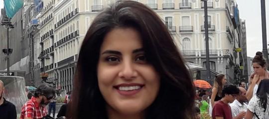 Ricordate la ragazza alla guida in Arabia? È in carcere sotto tortura