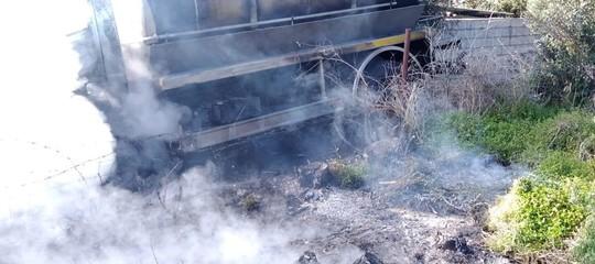 Latte, quarto agguato armato in Sardegna: autocisterna incendiata