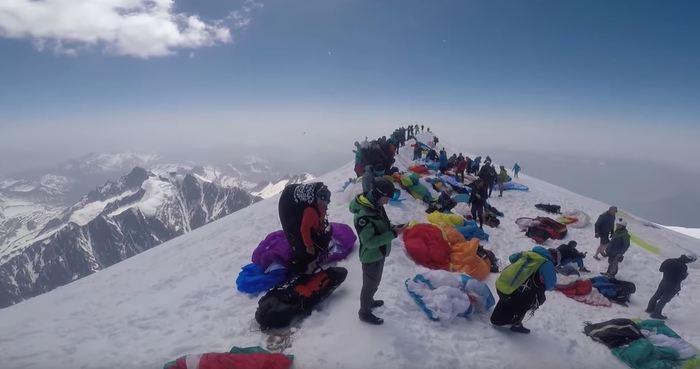 Un parapendio è precipitato sul Monte Bianco: morto il pilota