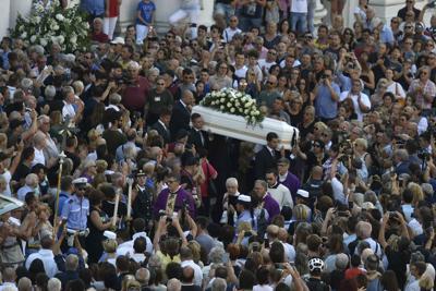 Folla commossa a funerali di Nadia. Don Patriciello: 'Da sempre vicina a più deboli'