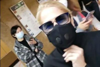 Virus Cina, anche Heather Parisi con la mascherina /Video
