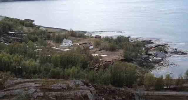 immagine 1 articolo norvegia immagini shock frana un costone trascina case in mare