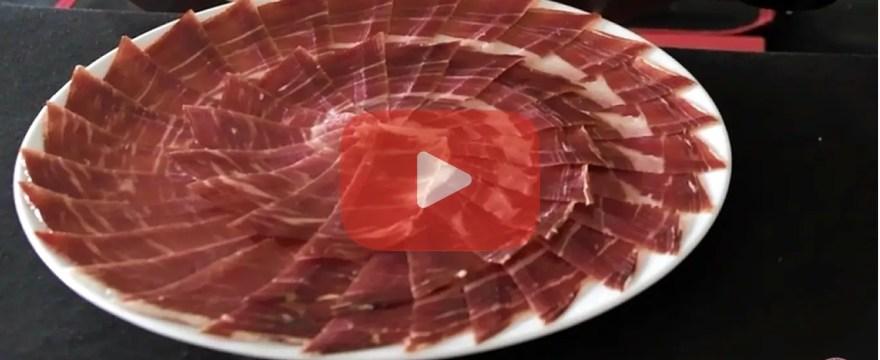 Técnica de corte de jamón: Cómo cortar y emplatar jamón con la loncha sesgada.
