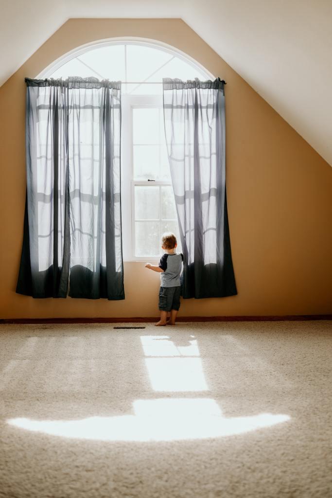Niño en la cortina
