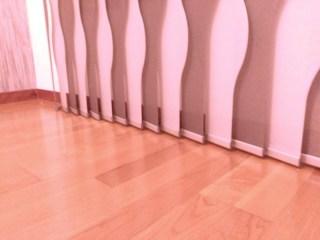 Cortinas de lamas verticales troqueladas gris y blanco detalle
