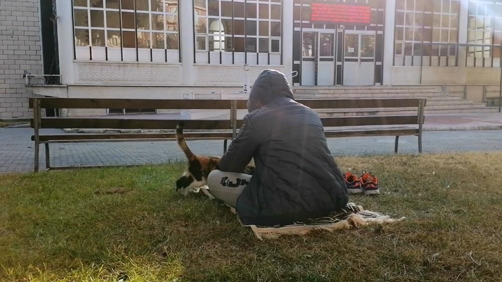 Cuma namazına gittiği camide üşüyen kediyi kucağına alarak ısıttı