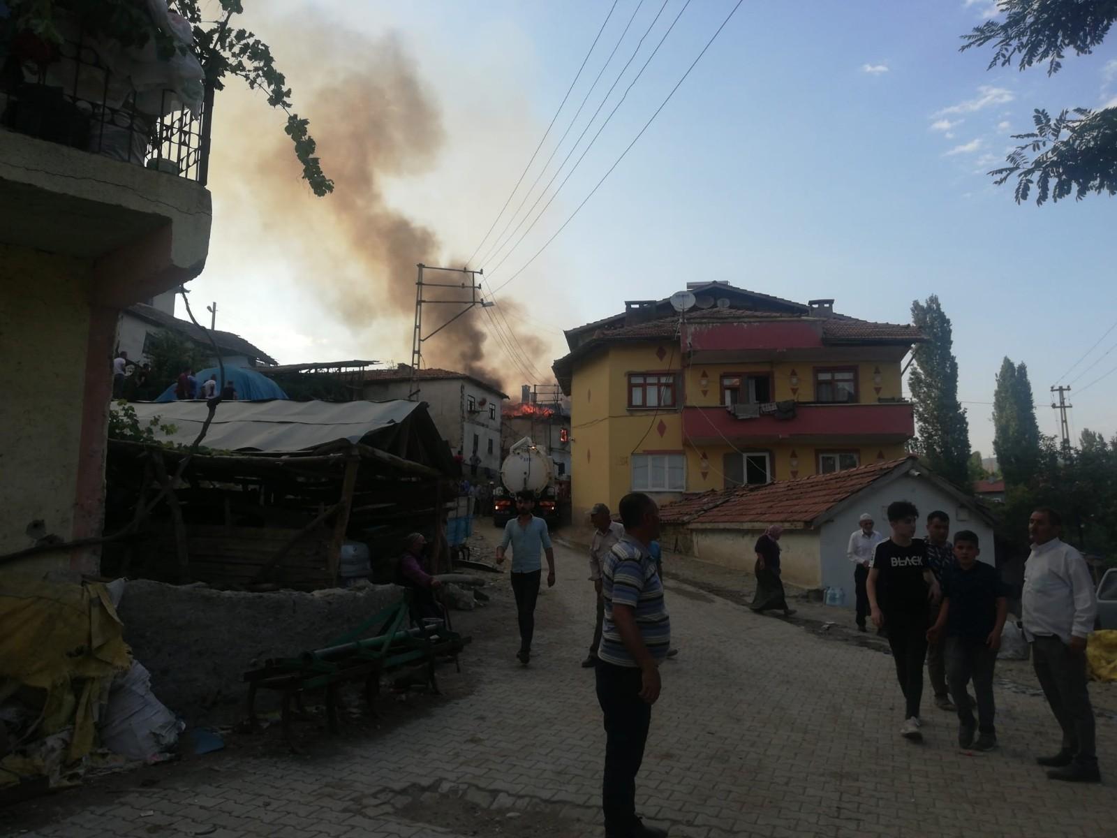 Çorum'da yangın: 3 ev ve 1 ahır kül oldu