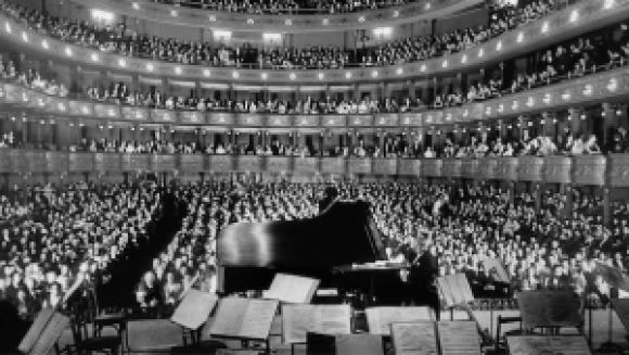 A concert by pianist Josef Hofmann, at the former Metropolitan Opera House, New York, 1937. Source.