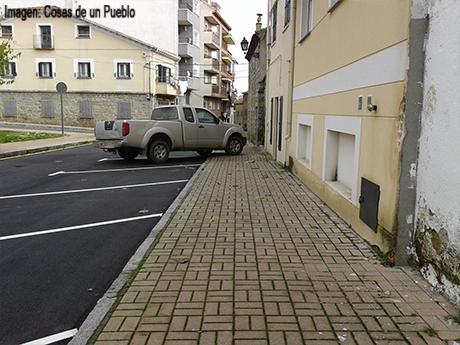 Si por desgracia el vehículo es grande, se dificulta incluso el paso por la acera.