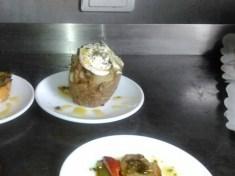 Patata rellena de setas de cardo, níscalo, boletus y champi, con jamon y una rodaja de queso de cabra