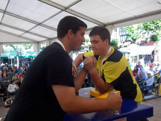 Sergio(dcha) contra un competidor catalan. junior izq.