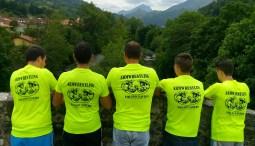 detalle de las camisetas del equipo que posan observando el Sella