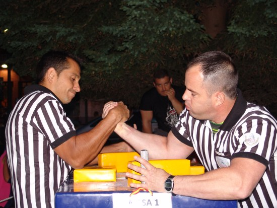 Los árbitros también se midieron amistosamente entre ellos, dcha. Marino Morales izda. José Jaime Urcaregui.