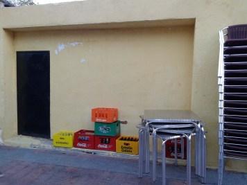 Las cajas estarán apiladas con más altura para que los perros no lleguen a ellas