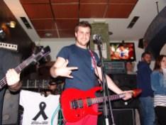 Javi - guitarra, voz y coros