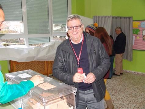 Antonio Esteban concejal del Partido Socialista votando