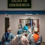 Un paciente convaleciente por COVID-19 es trasladado dentro del hospital de la Princesa. Olmo Calvo