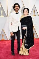 Dev Patel de Burberry con su madre