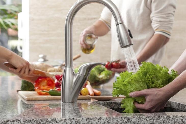 Se recomienda lavar frutas y verduras bajo el grifo con abundante agua.