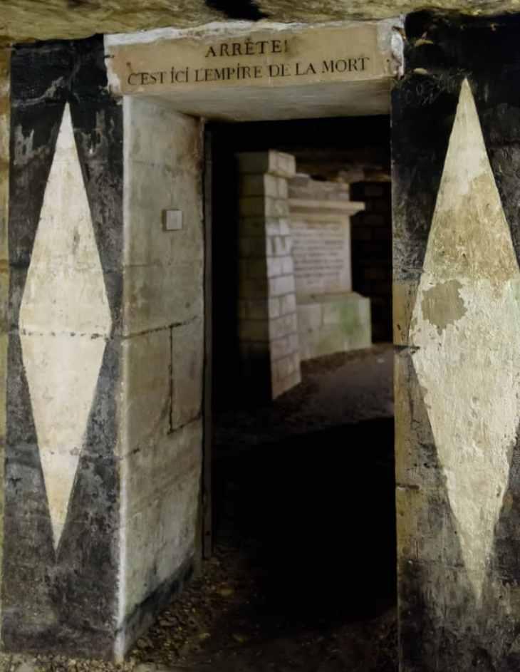 Puerta de una de las galerías