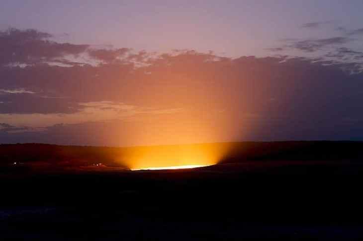 El resplandeciente Pozo de Darvaza de noche