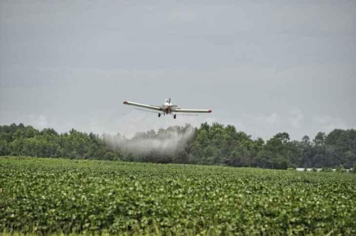 Avión rociando un cultivo con plaguicida