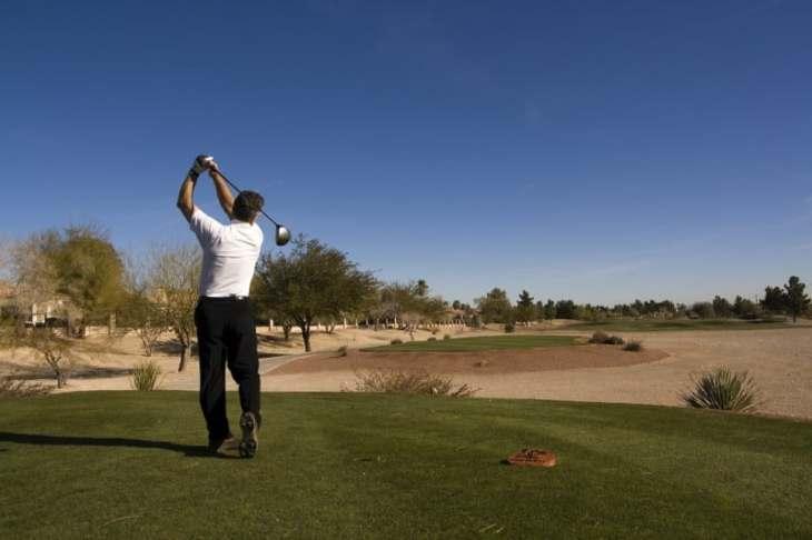El golf es un deporte que atrae a miles de turistas cada año