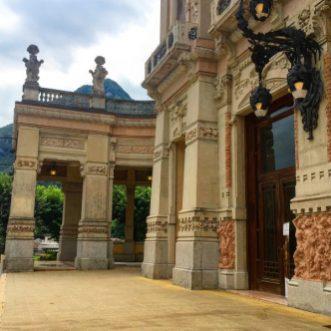 Scorcio del porticato di sinistra del Casinò di San Pellegrino, il Gran Kursaal.