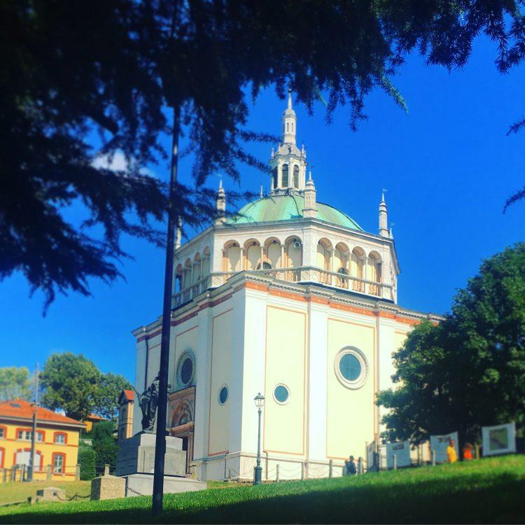 La chiesa di Crespi d'Adda posta di fronte all'ingresso della fabbrica