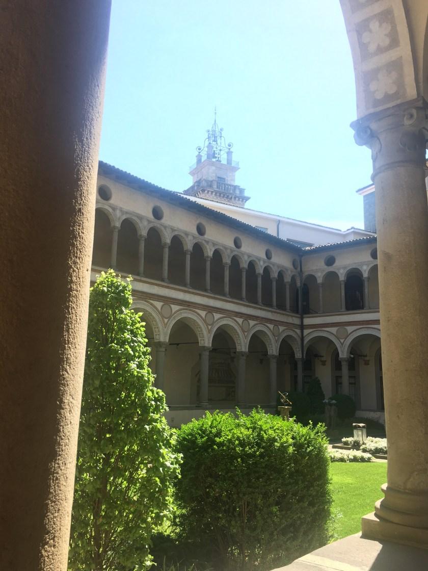 Il chiostro di Santa Marta e la cima della Torre dei Caduti a Bergamo