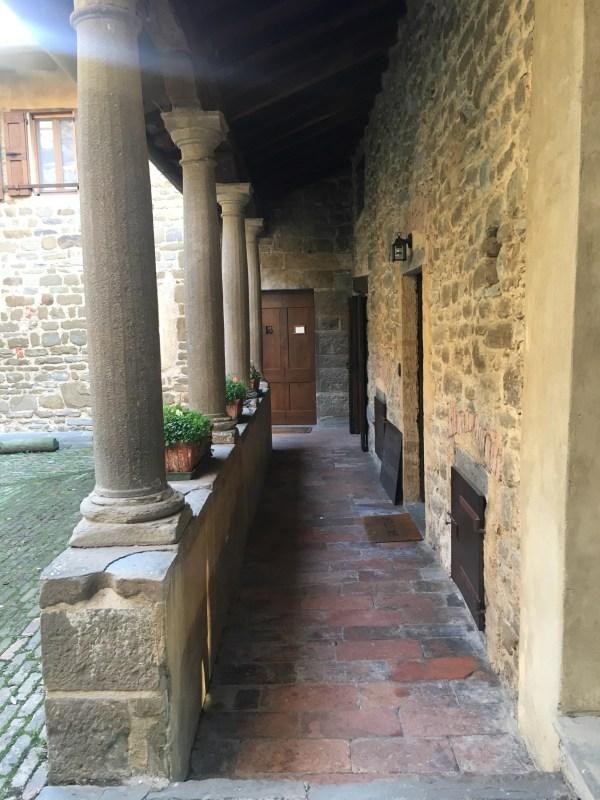 il colonnato del chiostro dell'abbazia di Fontanella