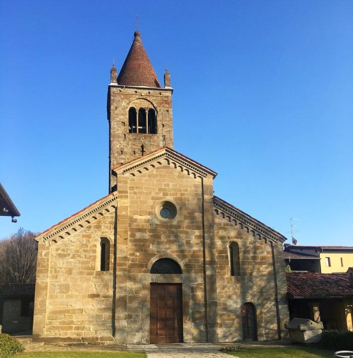La facciata dell'abbazia di Fontanella