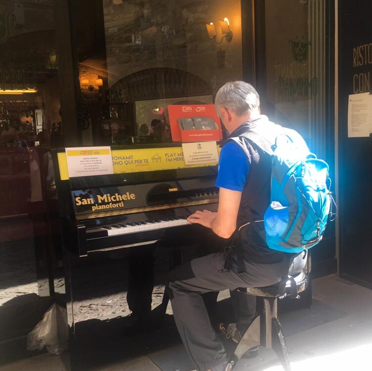 Uomo che suona un pianoforte