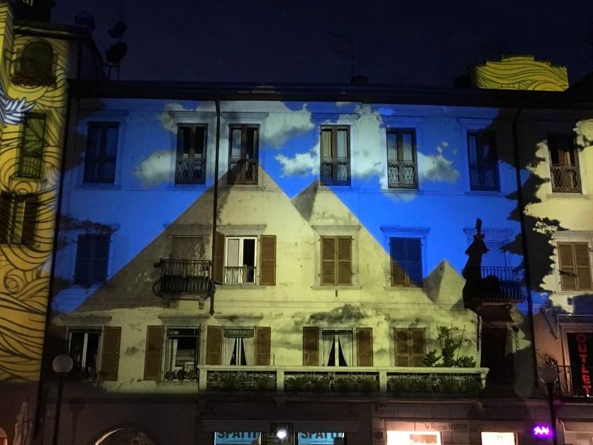 Quadro di Giorgio Oprandi proiettato sulla facciata di un palazzo di Lovere