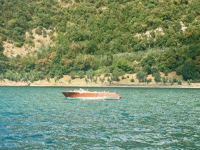 Motoscafo Riva che sfreccia sul lago