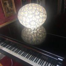 Lampada moderna su pianoforte di Palazzo Terzi
