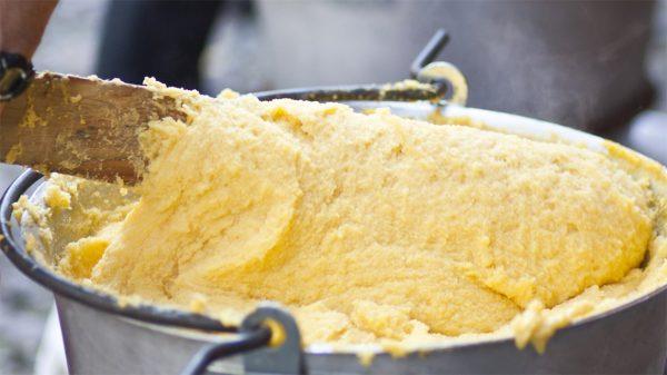 Assaggiare la polenta bergamasca, un piatto della tradizione che ha 4 secoli di storia